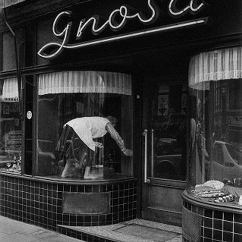 13.-Ella-Gnosa-putzt-Fenster-(engl.-Ella-Gnosa-is-cleaning-windows),-Foto-Dirk-Reinartz,-1981